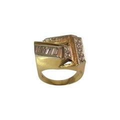 18 Karat Yellow Gold Round and Baguette Diamond Contemporary Ring