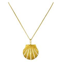 18 Karat Yellow Gold Shell Shaped Pendant Ladies Necklace with Diamonds