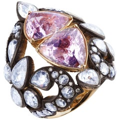 18 Karat Yellow Gold Trillion Cut Kunzite Ring with 12.07 Carat White Diamonds