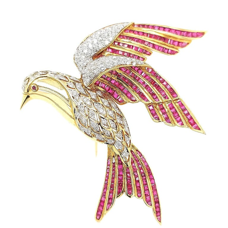 18 Karat Yellow Gold Bird of Paradise Brooch / Pendant with Diamonds and Ruby In Excellent Condition For Sale In Antwerp, BE