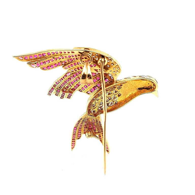 18 Karat Yellow Gold Bird of Paradise Brooch / Pendant with Diamonds and Ruby For Sale 1