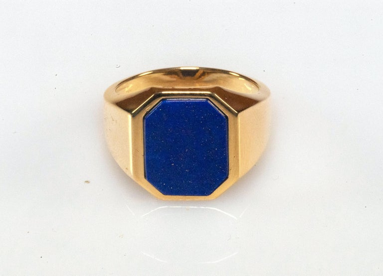 18 kt yellow gold men's ring with beautiful octagonal lapis lazuli of an intense blue color. Inside the stone you can see small golden fragment due to the presence of pyrite, which makes the stone and the ring particularly rare and precious. The