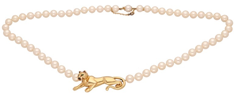 18 kt yellow gold Panther pearls necklace by Cartier. This iconic necklace is realized in yellow gold and with white pearls ( diameter 7 mm.)   In the central part of the necklace you can see the iconic symbol of the maison, the Panther. Is made in