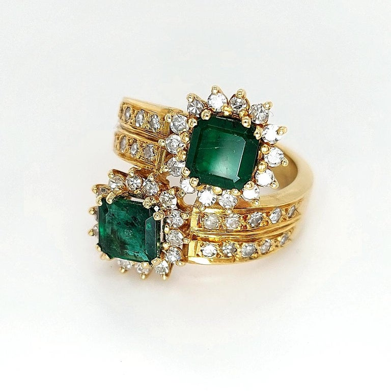 18 Karat Yellow Gold Toi et Moi Colombian Emeralds, Diamond Ring In Excellent Condition For Sale In Antwerp, BE