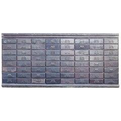 Schrank aus einem Eisenwarenladen mit 64 Schubladen, 1800er Jahre