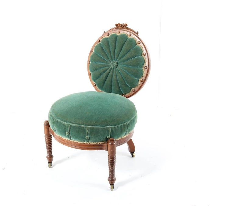 1800s Victorian Balloon Back Accent Chair on Casters in Emerald Green Velvet In Good Condition For Sale In West Palm Beach, FL