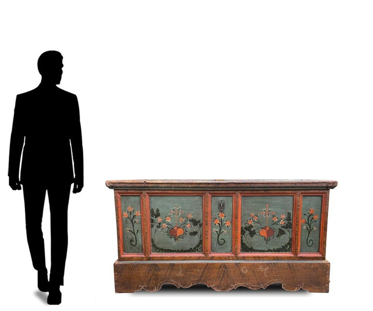 Large painted Tyrolean chest  H.86 cm - L. 169 cm - D. 69 cm Large Tyrolean (Alpine central Europe region) chest in painted fir wood. On the front, five panels contain as many bouquets of flowers and garlands, painted on a