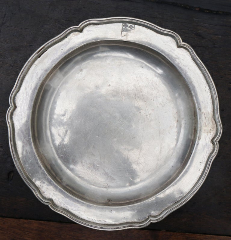 1875 Set of Eight 90% Silver Plates with Shaped Edges and Engraved Crest For Sale 5