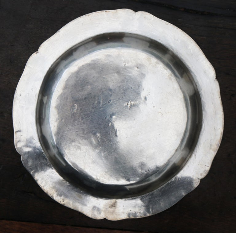 1875 Set of Eight 90% Silver Plates with Shaped Edges and Engraved Crest For Sale 6