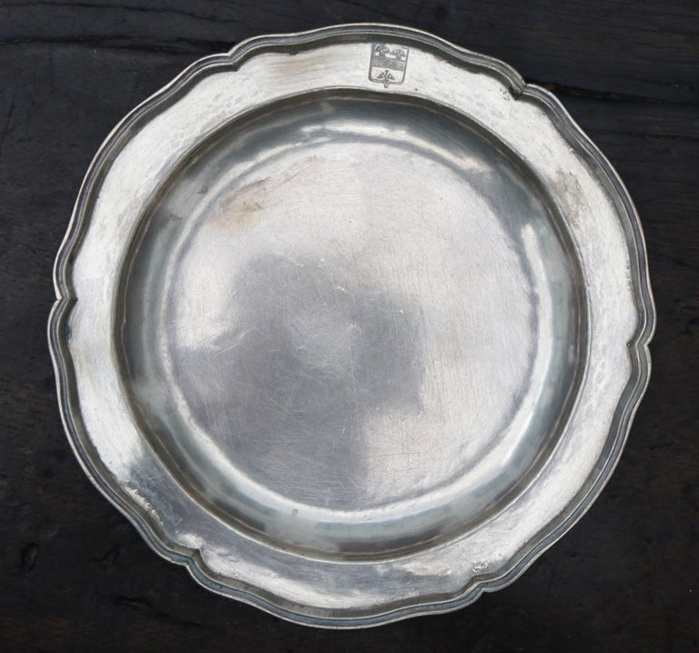 1875 Set of Eight 90% Silver Plates with Shaped Edges and Engraved Crest For Sale 7