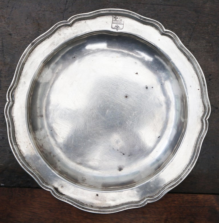 1875 Set of Eight 90% Silver Plates with Shaped Edges and Engraved Crest In Good Condition For Sale In Malaga, ES
