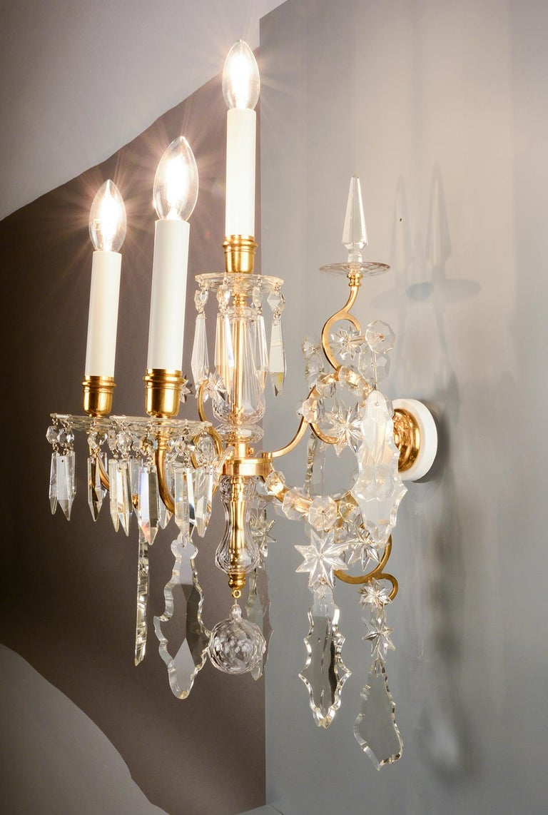 1880s Lobmeyr Polished Antique Gold Three-Arm Wall Sconce with Hand-Cut Crystal In Excellent Condition For Sale In Vienna, AT