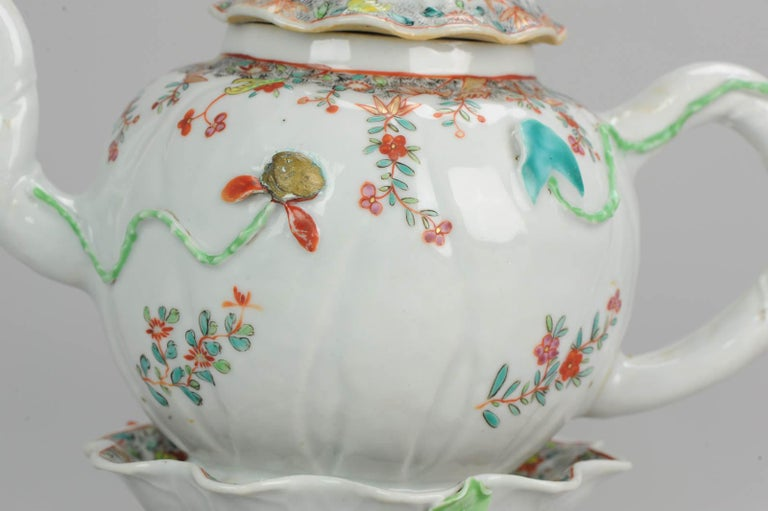A very nicely decorated teapot with a stunning pattipan. Early Qianlong or late Yongzheng period. Great decoration. Condition Overall condition; Lid has 1 chip to handle and 1 smaller inside rim. Pattipan has 2 or 3 small frits/chips and 1 leg is