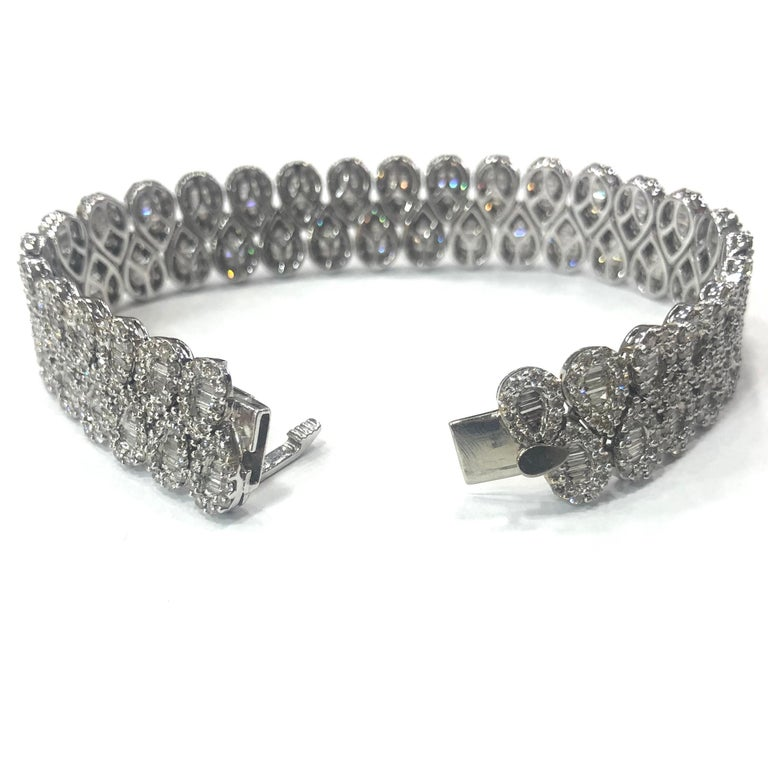 18 Carat White Gold Baguette and Round Brilliant Cut Diamond Bracelet In Good Condition For Sale In Oxted, Surrey