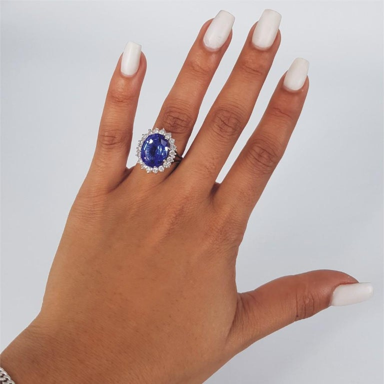 18ct White & Yellow Gold Oval Cut Tanzanite & Diamond Ring For Sale 7