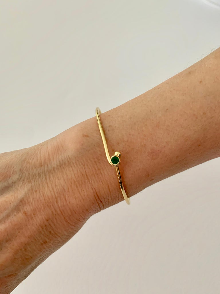 Round Cut 18 Carat Yellow Gold Wire Bangle Bezel Set with a 0.25 Carat Round Emerald  For Sale