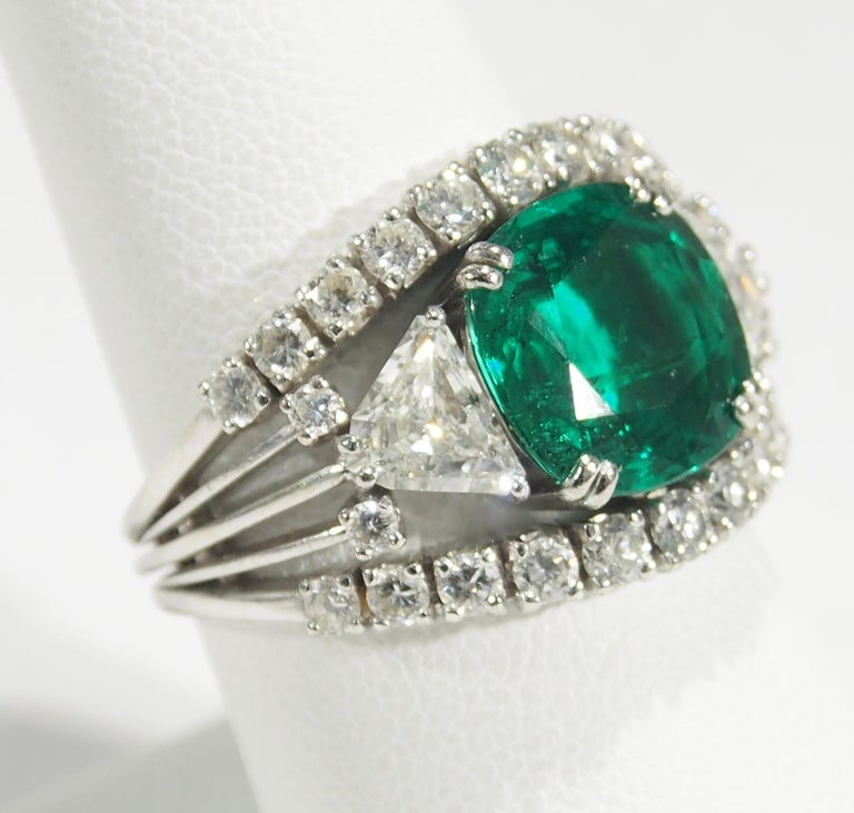 18 Karat AGL Certified Emerald and Diamond Ring White Gold For Sale 2