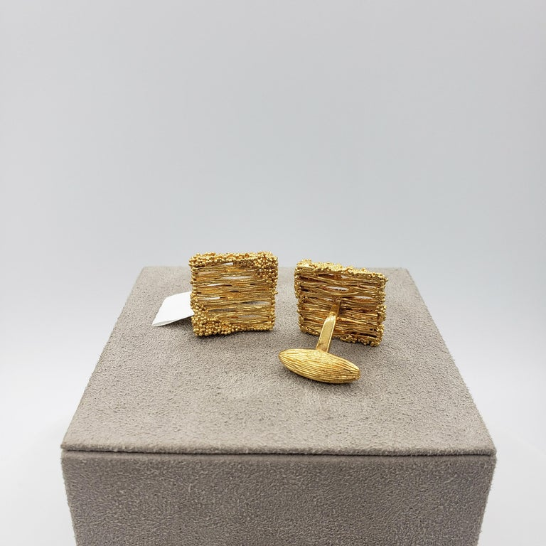 18 Karat Brushed Yellow Gold Square Striated Pattern Cufflinks In Excellent Condition For Sale In New York, NY