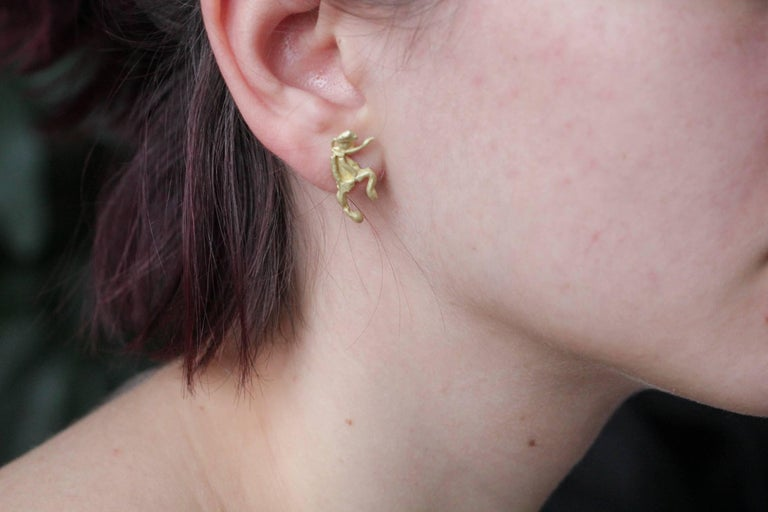 18K Gold Stud Figurine Pair of Earrings Minimalist Dynamic Modern Sculptures  For Sale 11