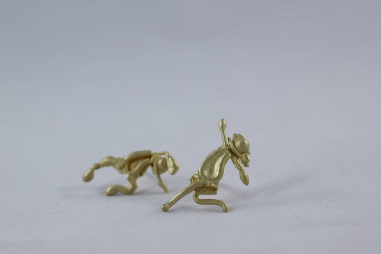 18K Gold Stud Figurine Pair of Earrings Minimalist Dynamic Modern Sculptures  For Sale 5