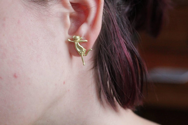 18K Gold Stud Figurine Pair of Earrings Minimalist Dynamic Modern Sculptures  For Sale 8
