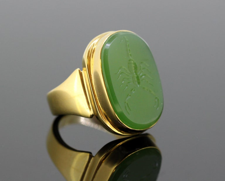18 Karat Gold Ring with Scorpion / Scorpio Natural Jade Carving For Sale 2