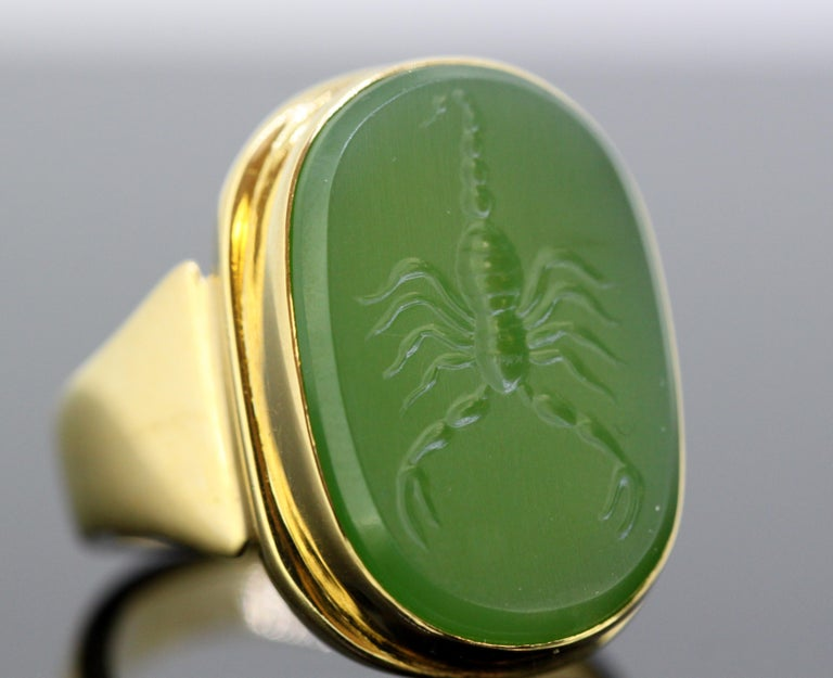 18 Karat Gold Ring with Scorpion / Scorpio Natural Jade Carving For Sale 3