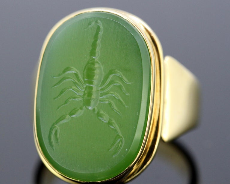 18 Karat Gold Ring with Scorpion / Scorpio Natural Jade Carving For Sale 4
