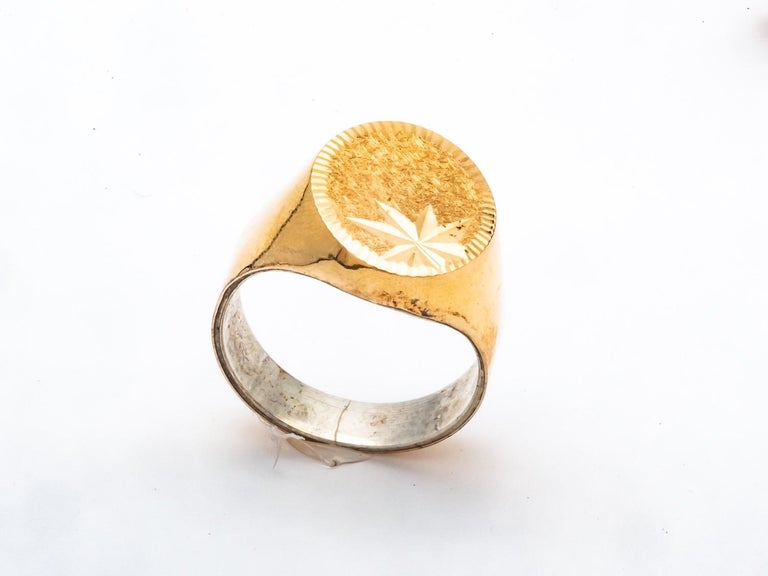 Men's 18k Gold Signet Ring Engraved on the Top For Sale