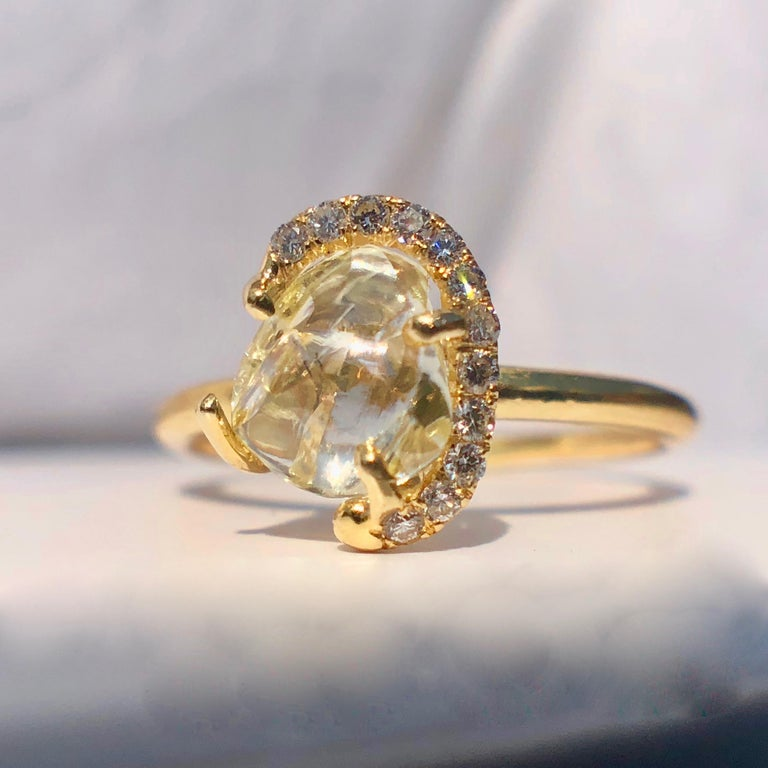 18k Gold Solitaire Raw Rough Yellow Diamond Engagement White Halo 1.30ct TW Ring In Excellent Condition For Sale In London, GB