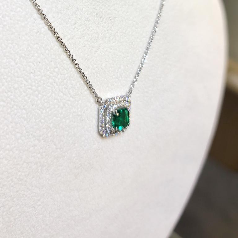Modern 18 Karat White Gold 1.33 Carat Zambia Emerald Diamond Necklace For Sale