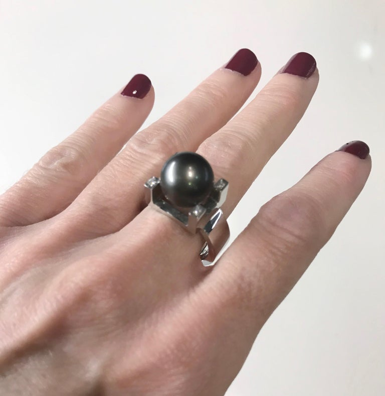 Round Cut 18 Karat White Gold and Tahitian Pearl Ring For Sale