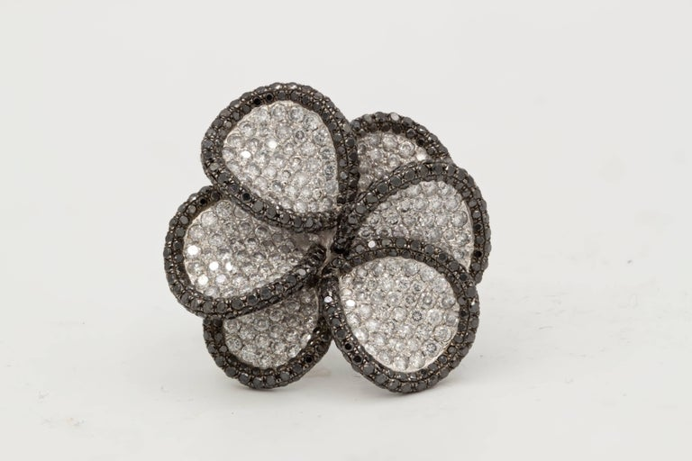 18 Karat White Gold Black and White Diamond Flower Ring In New Condition For Sale In New York, NY
