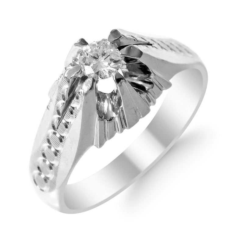 18 Karat White Gold and Diamond Ring In Excellent Condition For Sale In Jackson Heights, NY