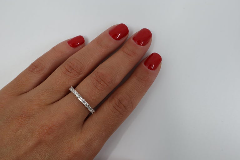 Modern 18K White Gold Round And Baguette Cut Shared Prong Diamond Wedding Band Ring For Sale