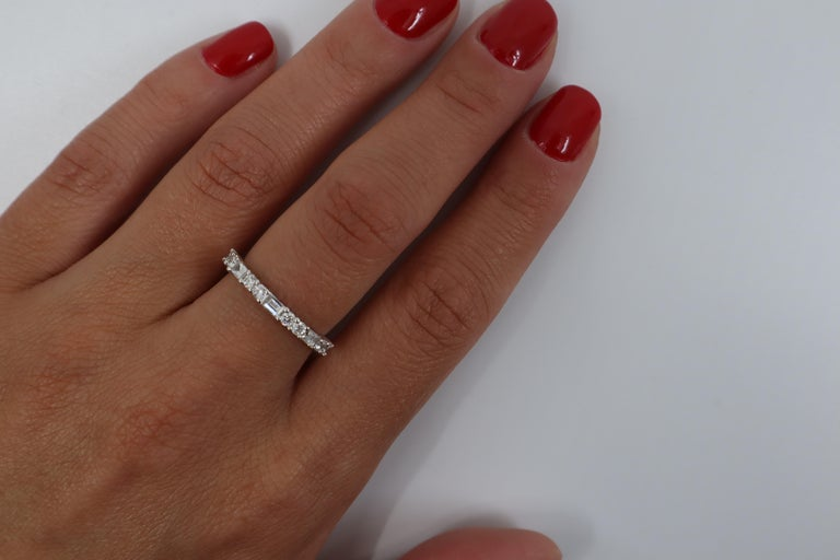 Round Cut 18K White Gold Round And Baguette Cut Shared Prong Diamond Wedding Band Ring For Sale