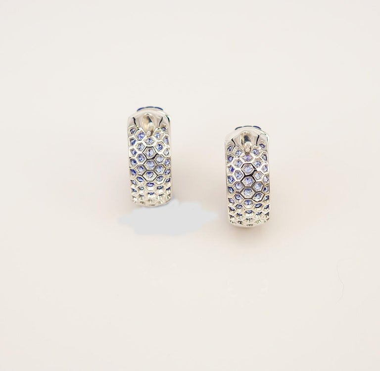 18 Karat White Gold Sapphire Hoop Earrings In New Condition For Sale In Bangkok, TH