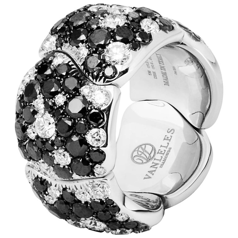 Contemporary 18 Karat White Gold White Diamonds and Black Diamonds Earrings and Cocktail Ring For Sale