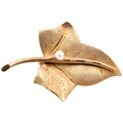 18 Karat Yellow Gold Akoya Pearl Leaf Pin