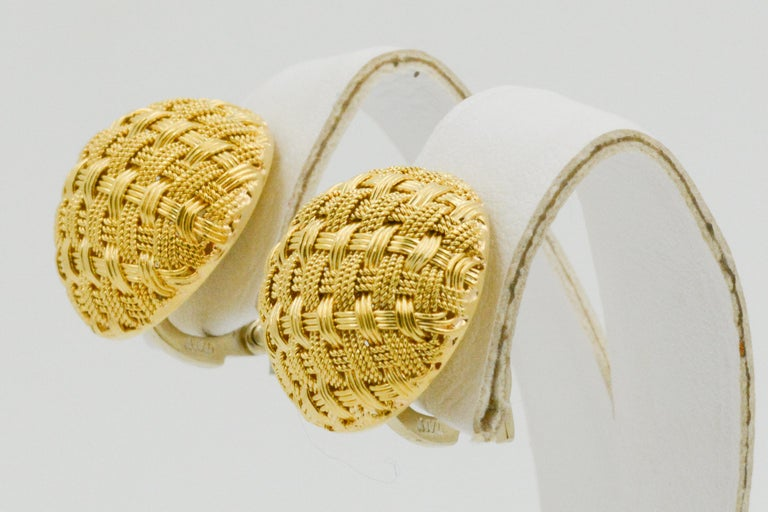 18 Karat Yellow Gold Basket Weave Button Clip Earrings In Good Condition For Sale In Dallas, TX