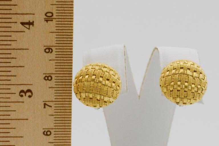 18 Karat Yellow Gold Basket Weave Button Clip Earrings For Sale 1