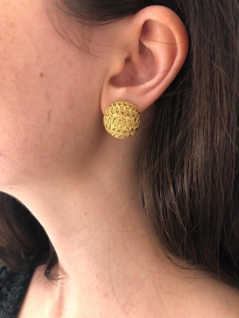 18 Karat Yellow Gold Basket Weave Button Clip Earrings For Sale 2