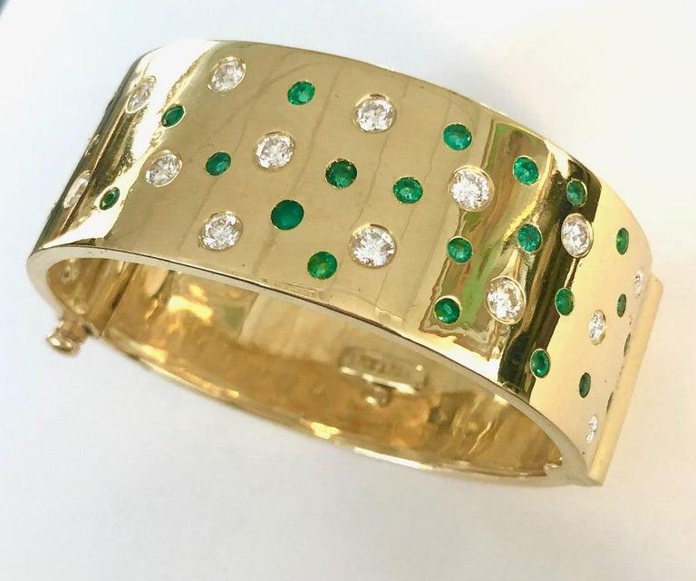 Contemporary 18 Karat Yellow Gold Emerald and Diamond Bangle Bracelet For Sale