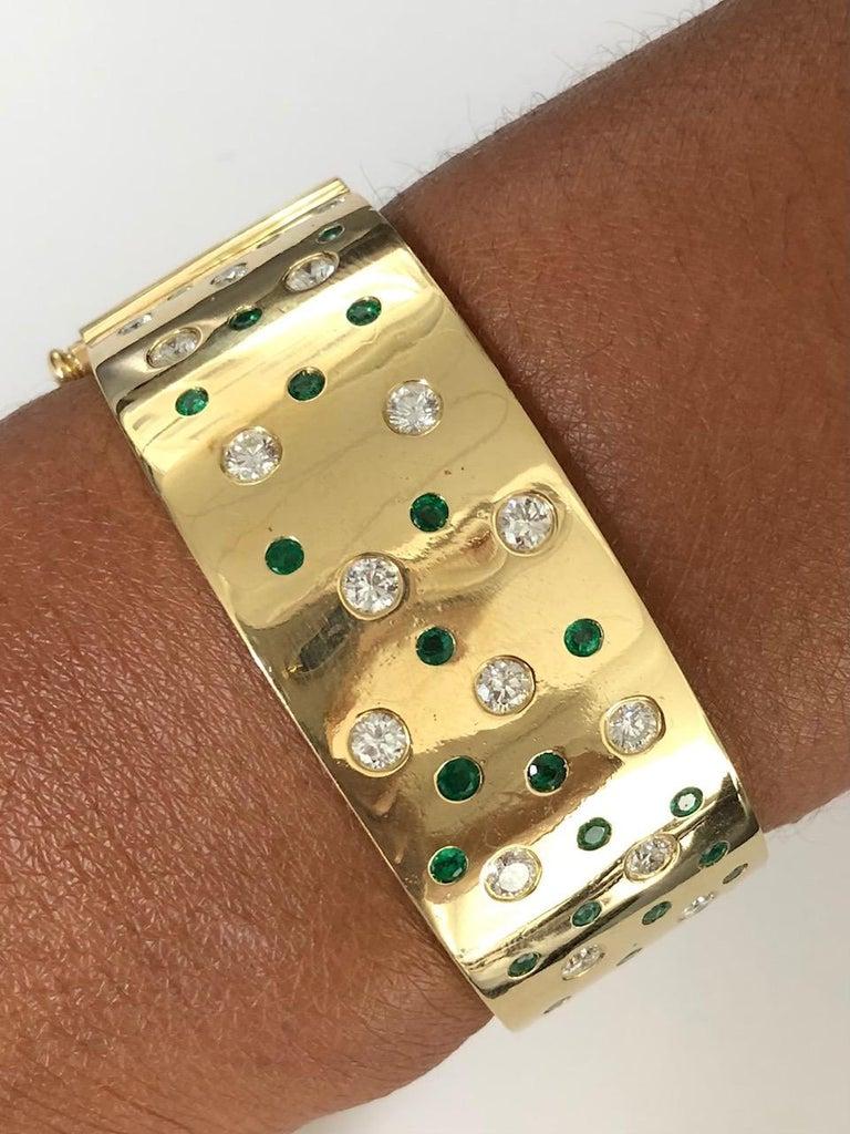 Round Cut 18 Karat Yellow Gold Emerald and Diamond Bangle Bracelet For Sale