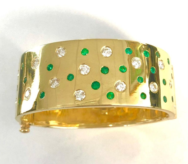 18 Karat Yellow Gold Emerald and Diamond Bangle Bracelet In New Condition For Sale In New York, NY