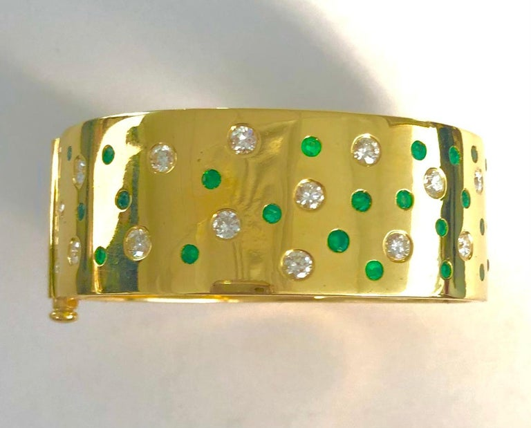 18 Karat Yellow Gold Emerald and Diamond Bangle Bracelet For Sale 2