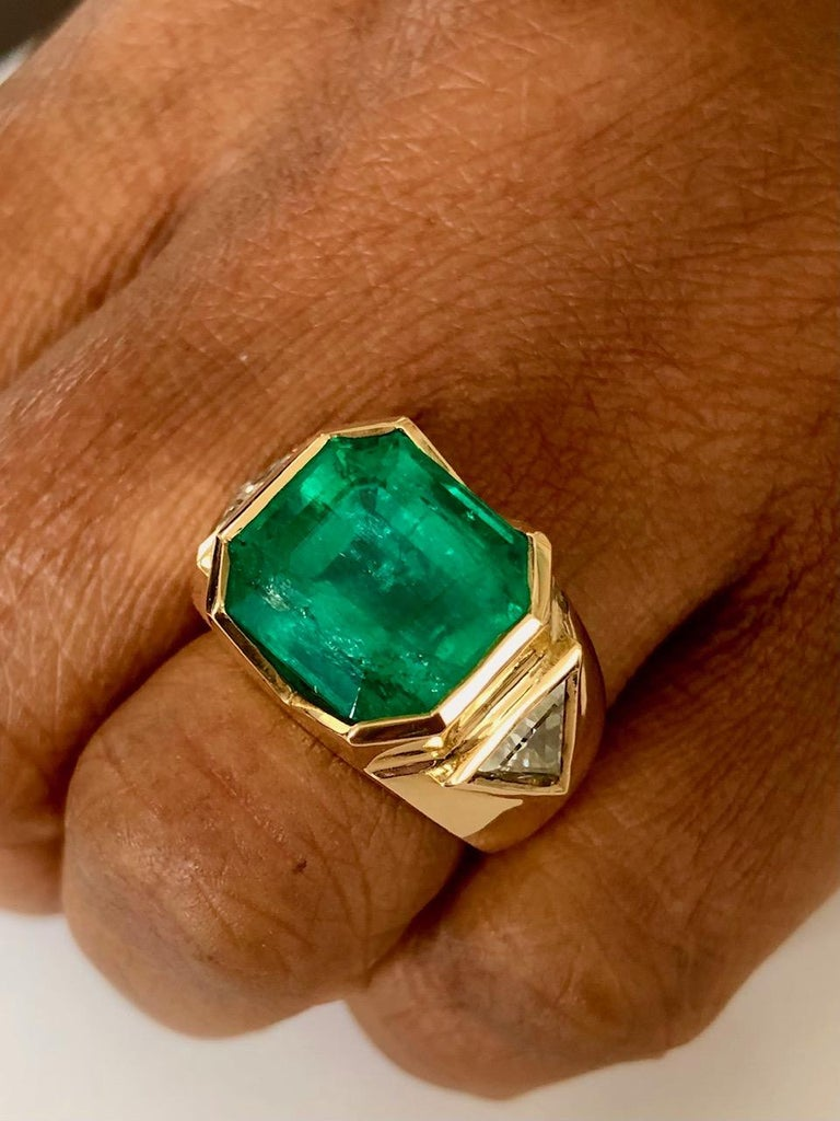 18K Yellow Gold, 8.41 CT Colombian Emerald and Diamond Special Ring In New Condition For Sale In New York, NY