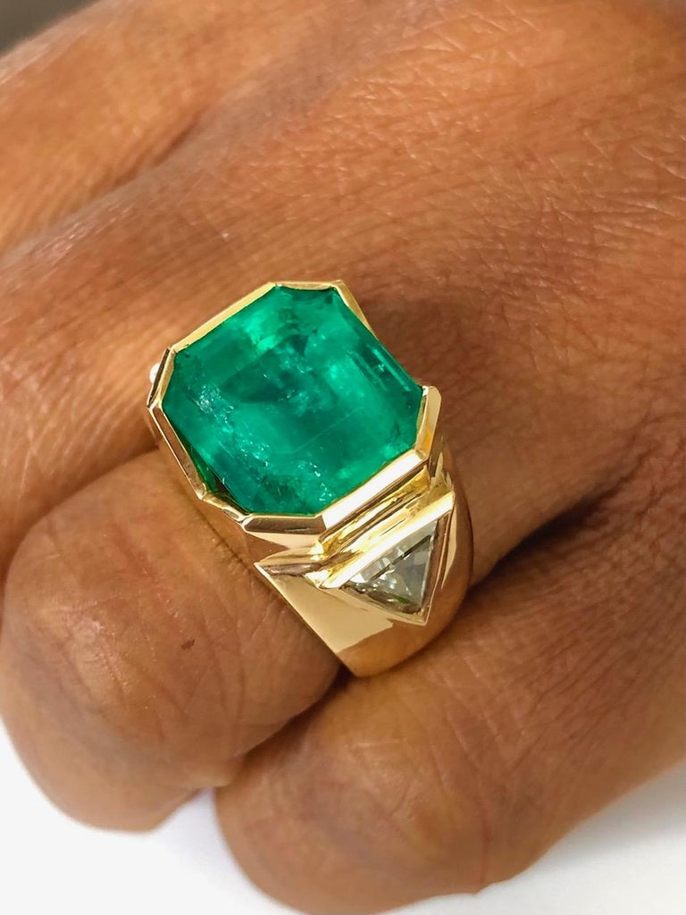 18K Yellow Gold, 8.41 CT Colombian Emerald and Diamond Special Ring For Sale 2