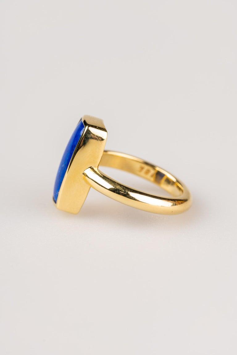 Contemporary 18 Karat Yellow Gold Lapis Lazuli Ring For Sale