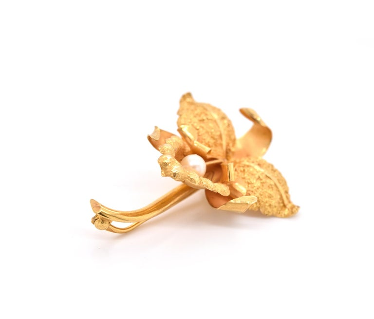 18 Karat Yellow Gold Pearl Flower Brooch In Excellent Condition For Sale In Scottsdale, AZ